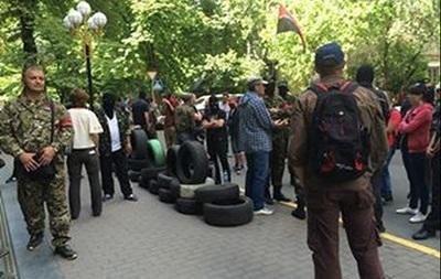 Активисты выстроили баррикаду из шин возле Генпрокуратуры