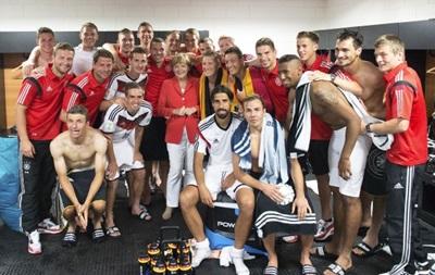 Ангела Меркель заглянула в раздевалку сборной Германии