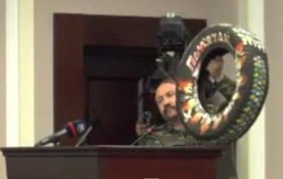 Майдановцы на сессии Киевсовета подарили Кличко шину