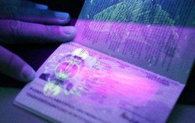 Рада хочет вносить отпечатки пальцев в загранпаспорта