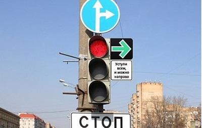 Российским водителям разрешат поворачивать направо на красный свет