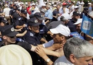 В Париже протестуют против повышения пенсионного возраста, в Бухаресте - против сокращения зарплат