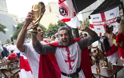 Фотогалерея. Английские рыцари и клоуны из Японии: Лучшие кадры фанатов на ЧМ-2014