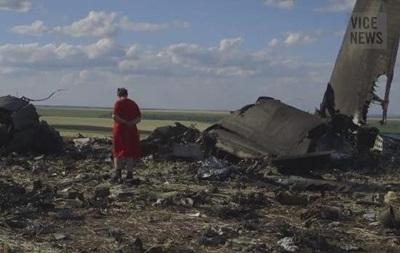 Сбитый самолет, обстрелянные дома, украинские военные - видеосюжет VICE News