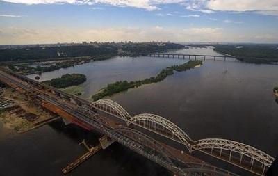 В Киеве строители перекрыли ж/д мост, требуют зарплату