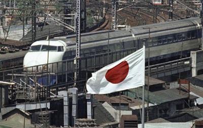 В Японии из-за оползня сошел с рельсов поезд
