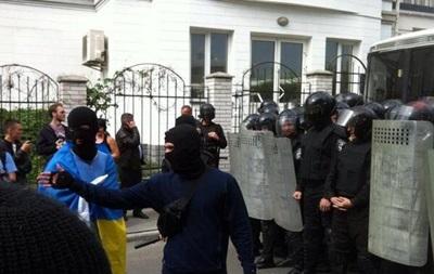 Около 50 человек пикетируют российское посольство в Киеве