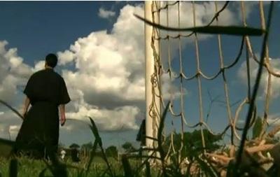 Рясы не мешают бразильским монахам играть в футбол
