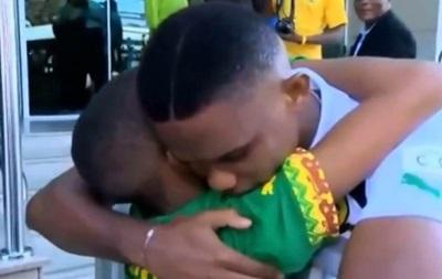 Трогательная встреча: Мальчик расплакался в объятиях Это'О