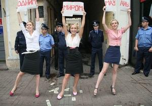 Активистки FEMEN в образе Тимошенко устроили топлес-акцию во время суда над Луценко