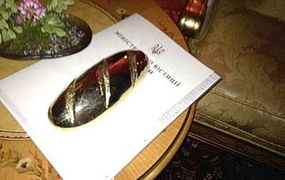 В прокуратуре назвали человека, который подарил Януковичу золотой батон