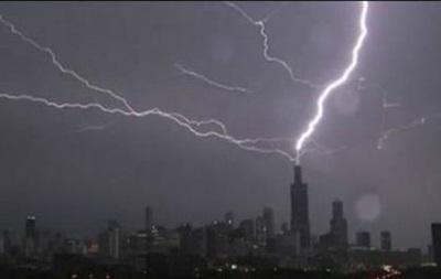 В небоскреб в США три раза попала молния