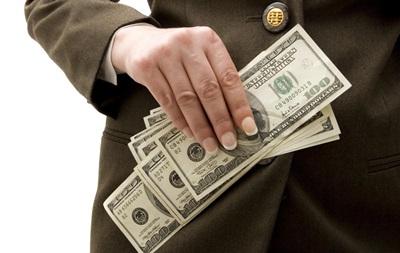 Долар незначно подешевшав до закриття
