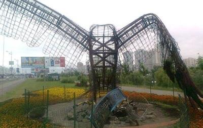 На Позняках в Киеве ночью сожгли скульптуру орла
