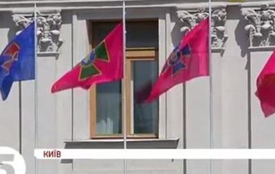 Возле здания МИД подняли флаги украинских силовиков