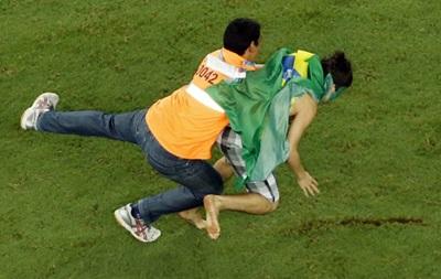 Фанат с флагом заставил стюардов побегать после матча Бразилия – Колумбия