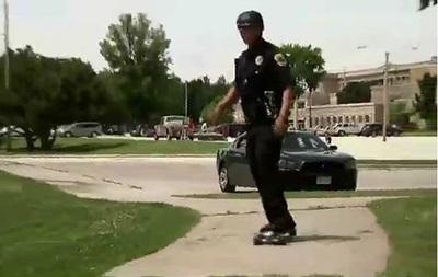 В США полицейский поменял машину на скейтборд