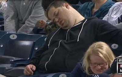 Фанат, уснувший на матче, требует от телекомпании 10 миллионов долларов