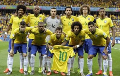 Игроки сборной Бразилии исполняли гимн с футболкой Неймара в руках