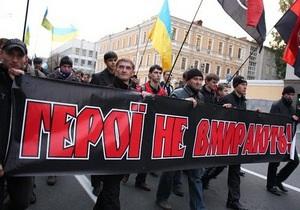 В Киеве около 500 человек почтили память Героев Крут факельным маршем
