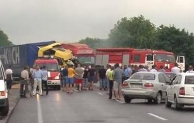 Во Львовской области столкнулись четыре авто, есть пострадавшие