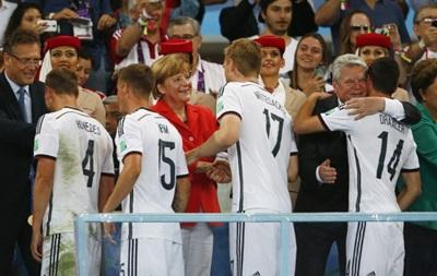 Меркель обнималась с футболистами сборной Германии после победы на ЧМ-2014