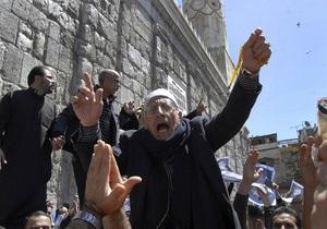 Участники многотысячной демонстрации в Дамаске показали президенту желтые карточки