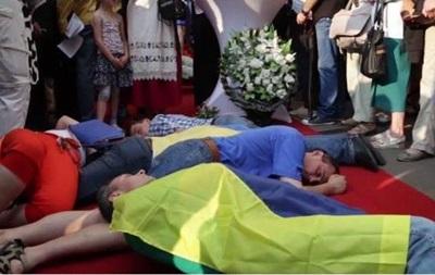 В Киеве протестовали против продажи Францией кораблей для России