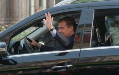 Медведев запретил госорганам покупать иномарки