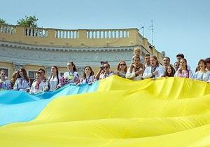Над Потемкинской лестницей в Одессе развернули 22-метровый флаг Украины