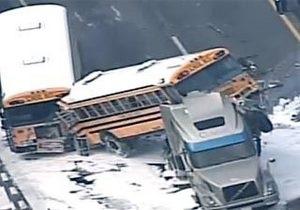 В США столкнулись два школьных автобуса и трейлер: двое погибших, около 50 раненых