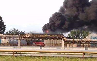 На Луганщине от обстрела загорелся нефтеперерабатывающий завод (видео)