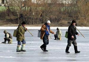 МЧС рекомендует украинцам наносить на подошвы обуви клей Момент и песок