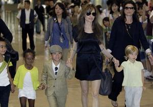 Анджелина Джоли призналась, что кормит детей кузнечиками