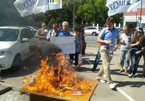 У стен посольства РФ в Киеве общественные активисты сожгли российскую продукцию