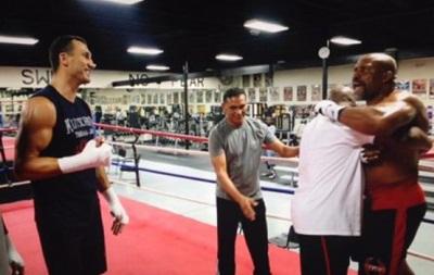 Бриггс ворвался в ринг к Кличко и попытался устроить с ним драку