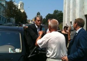 Ющенко пришел к Украинскому дому и поставил подпись за отмену закона о языках