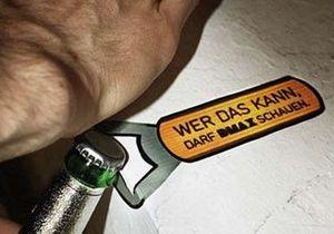 Немецкий мужской канал показал, как нужно открывать бутылки