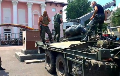 Батальон Айдар снес памятник Ленину в городе Счастье