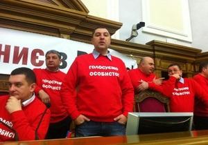 Фотогалерея: Нет кнопкодавам! Оппозиция заблокировала парламент, требуя внедрить систему Рада-3