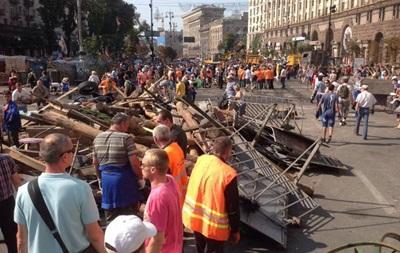 На Майдане субботник, убирают баррикады