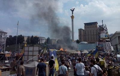 В Киеве возле стеллы Независимости горят палатки