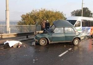 На плотине ДнепроГЭС в Запорожье столкулись ВАЗ и маршрутка: есть погибшие