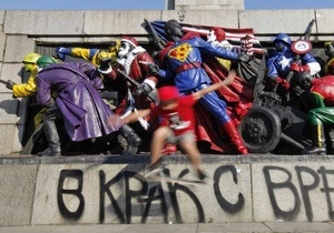 Памятник красноармейцам в Софии, разрисованный героями комиксов, отмыли за 500 евро