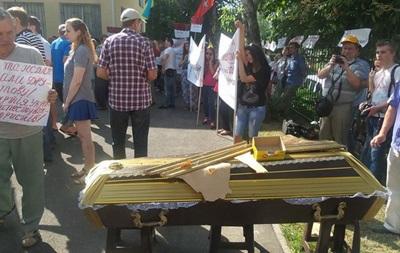 Активисты принесли гроб под здание суда, где рассматривают дело о запрете КПУ