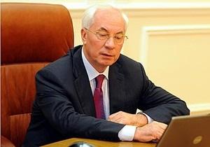 Азаров начал принимать на работу через Facebook