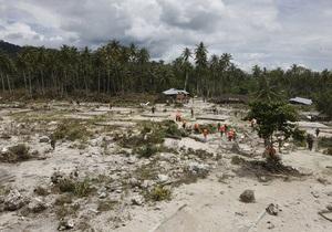Число жертв цунами в Индонезии достигло 370 человек