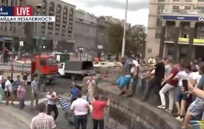 На Майдане неизвестные избили журналистов