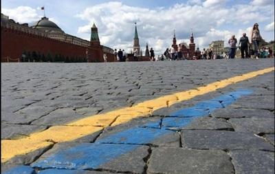 В Москве на Красной площади разрисовали асфальт в желтый и голубой