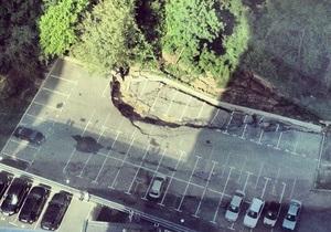 новости Киева - оползень - В Киеве на парковке из-за оползня провалился асфальт